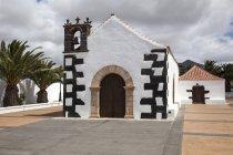 Weißes Gebäude der Kapelle von Ermita Nuestra Senora de la Caridad, Tindaya, Fuerteventura, Kanarische Inseln, Spanien, Europa — Stockfoto