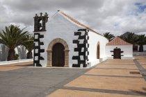 Edifício branco da capela de Ermita Nuestra Senora de la Caridad, Tindaya, Fuerteventura, Ilhas Canárias, Spain, Europa — Fotografia de Stock