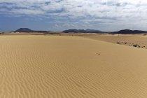 Піщані дюни в блукаючих дюн Ель Jable, Лас-Dunas де Корралехо, Корралехо природний парк, Фуертевентура, Канарські острови, Іспанія, Європа — стокове фото