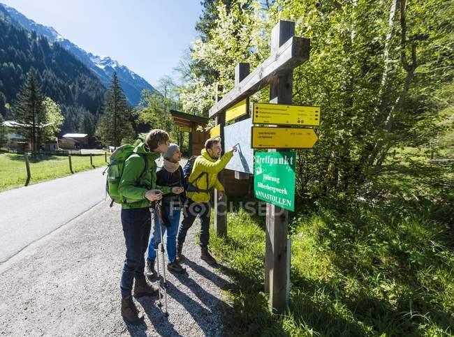 Gruppe von Wanderern am Wegweiser Blick auf Karte, Schladming Tauern, Schladming, Steiermark, Österreich, Europa — Stockfoto