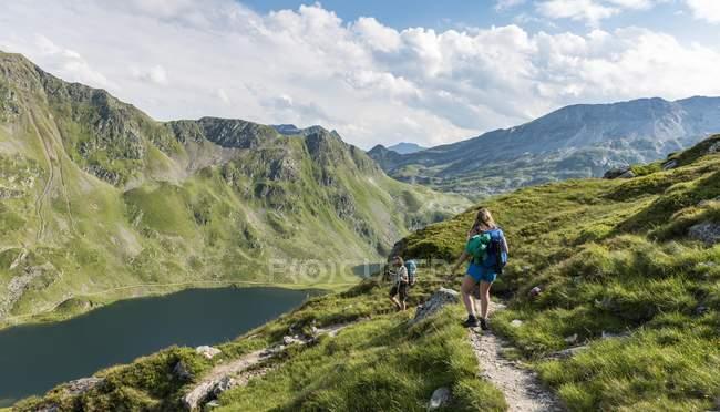 Caminantes en el sendero, Giglachseen, Schladming Tauern, Schladming, Styria, Austria, Europa - foto de stock