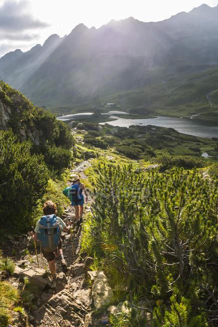 Dos excursionistas en el camino de mañana, Giglachseen, Schladming Tauern, Schladming, Styria, Austria, Europa - foto de stock
