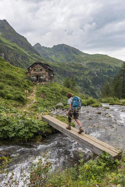 Wanderer über hölzerne Brücke über Bergfluss, Golling Hütte, Rohrmoos-Untertal, Schladming Tauern, Steiermark, Österreich, Europa — Stockfoto