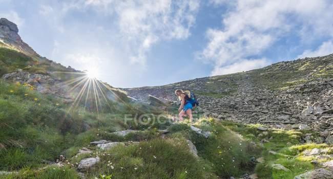 Viandante femminile sul sentiero per pedoni in montagne, Schladminger Tauern, Stiria, Austria, Europa — Foto stock