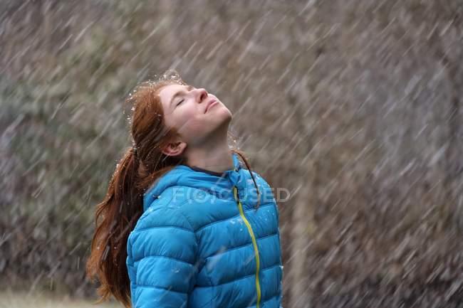 Девочка-подросток, наслаждаясь снежинки в зиму, Верхняя Бавария, Бавария, Германия, Европа — стоковое фото