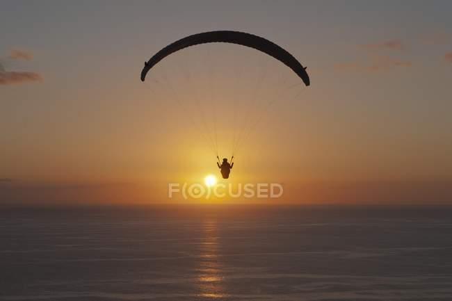 Parapente sobre el océano Atlántico - foto de stock