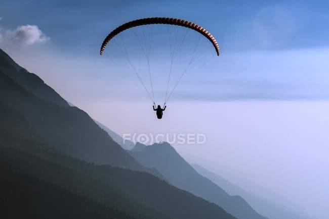 Paraglider over Lake Garda in Malcesine — Stock Photo