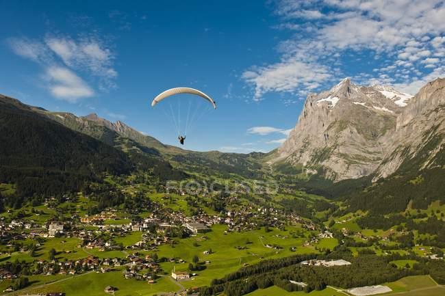 Parapente sobre Grindelwald - foto de stock