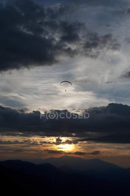 Paraglider flying over Ammertal — Stock Photo