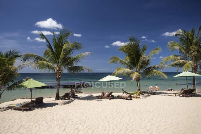 Plage avec palmiers Resort Phu Quoc, Vietnam, Asie — Photo de stock