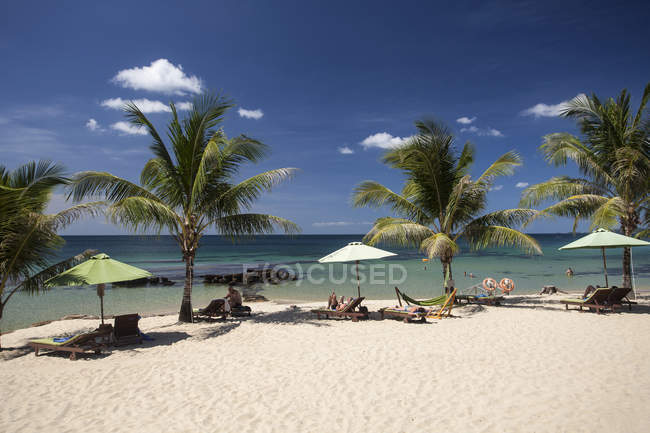 Beach with palm trees at resort of Phu Quoc, Vietnam, Asia — Stock Photo
