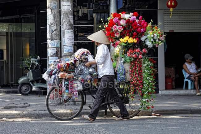 Straßenhändler mit Fahrrad-Verkauf von Blumen — Stockfoto