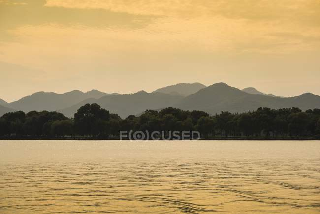 Colline ad ovest lago al tramonto — Foto stock