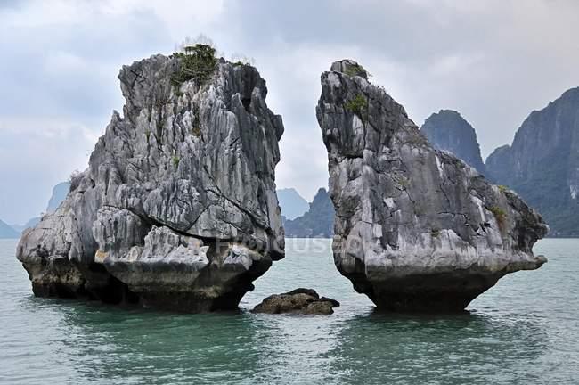 Знаменитий скельними утвореннями, затока Халонг — стокове фото