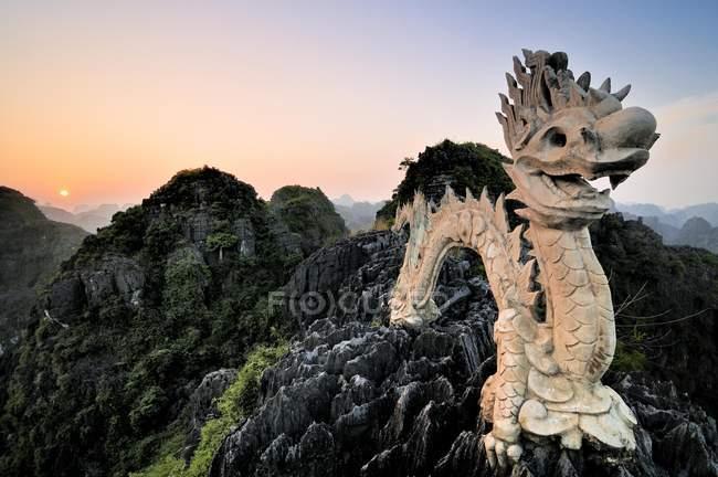 Dragon en una colina de karst, cerca de Ninh Binh - foto de stock
