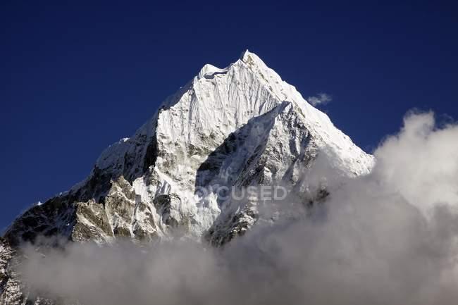 Wolken vor Mt. Thamserku — Stockfoto