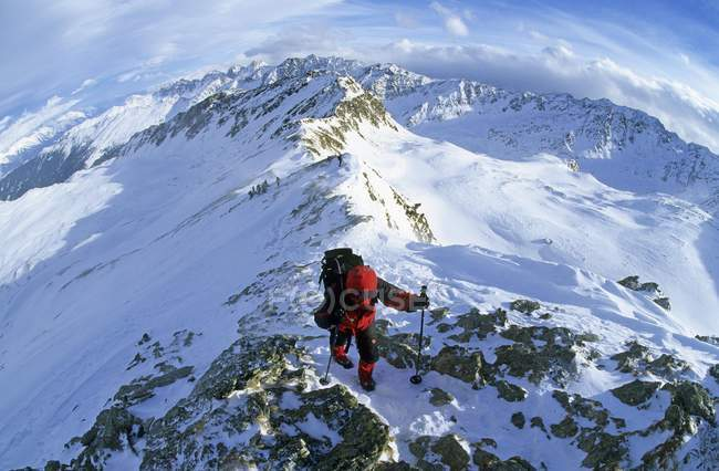 Donna che si arrampica sulle montagne innevate in Austria — Foto stock