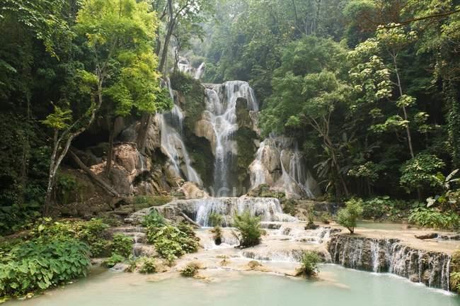 Водопад с природные бассейны в джунглях — стоковое фото