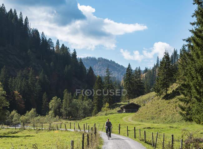 Joven caballo bicicleta montaña paisaje, Baviera, Alemania - foto de stock