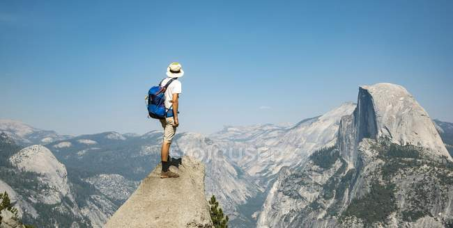 Man standing on ledge looking at Half Dome — Stock Photo