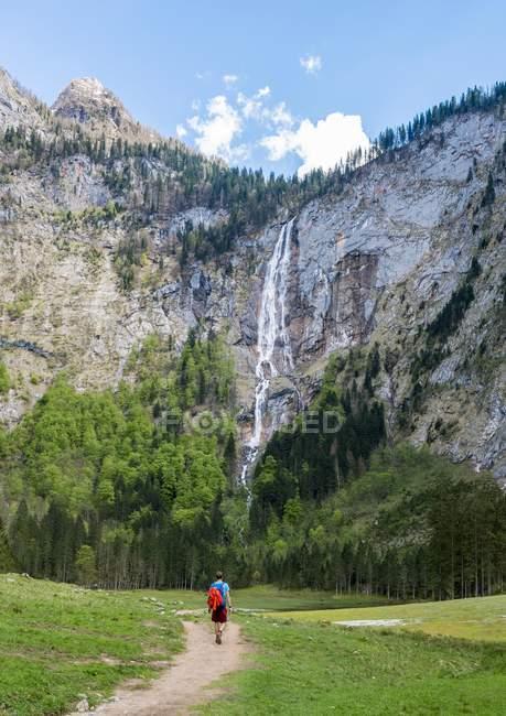 Wanderer auf dem Weg zum Wasserfall Rothbach — Stockfoto