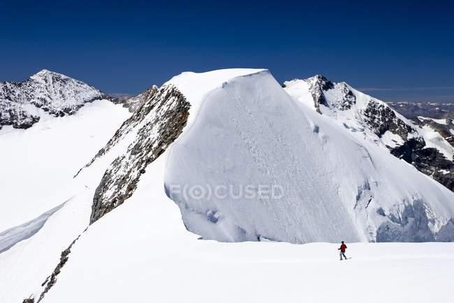 Bergsteiger auf dem Gipfelgrat — Stockfoto