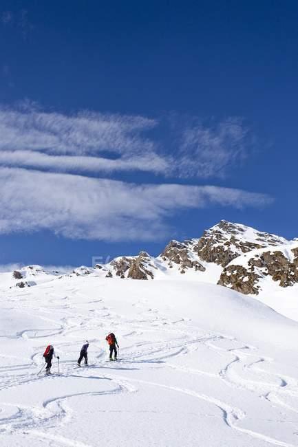 Caminhantes de esqui durante a subida — Fotografia de Stock