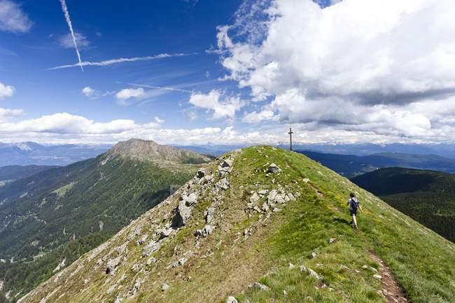 Bergsteiger den Gipfel nähert sich — Stockfoto