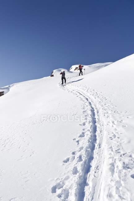 Snowshoers durante a subida à montanha Uribrutto — Fotografia de Stock