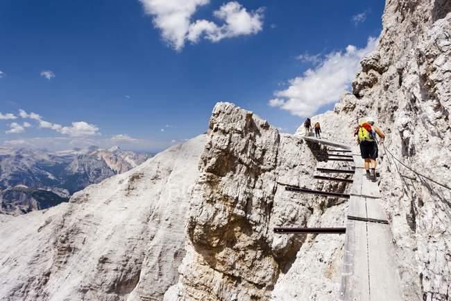 Alpinista escalando ao longo da Via Ferrata Ivano Dibona — Fotografia de Stock