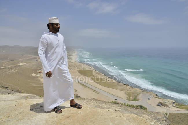 Местный житель, носить белые dishdash в Азии Mughsayl, Дофаре региона, Оман, — стоковое фото