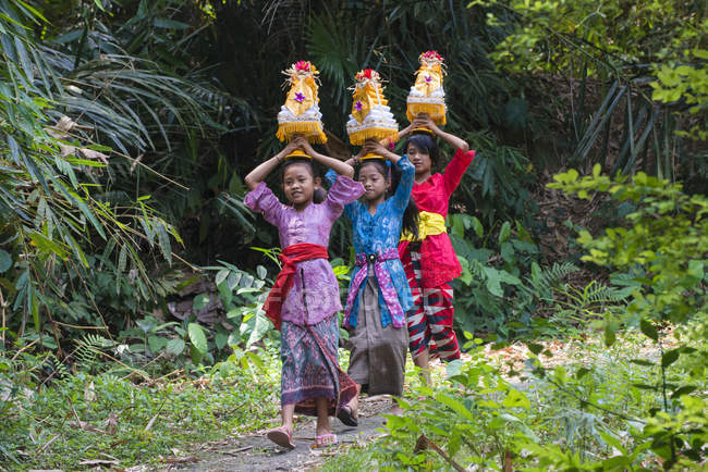Three girls walking to the temple — Stock Photo