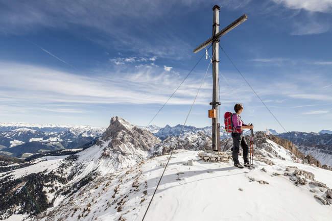 Альпинист на саммите Mt Tullen — стоковое фото
