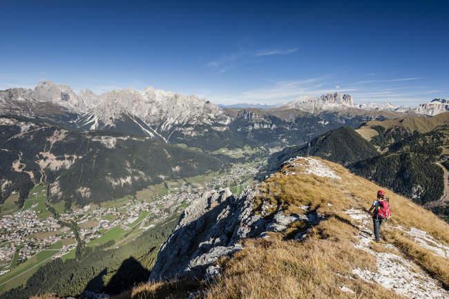 Альпинист во время восхождения к Cima Dodici — стоковое фото