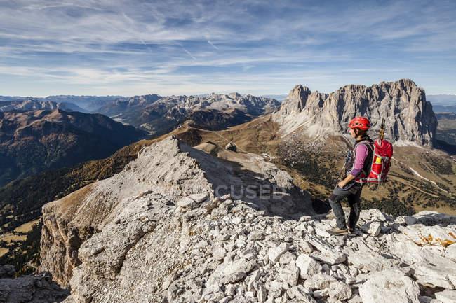 Alpinista sulla Piz Selva sopra Possnecker gamma di arrampicata — Foto stock