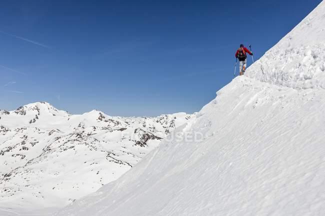 De esqui tourers ascendente Fineilspitze pico — Fotografia de Stock
