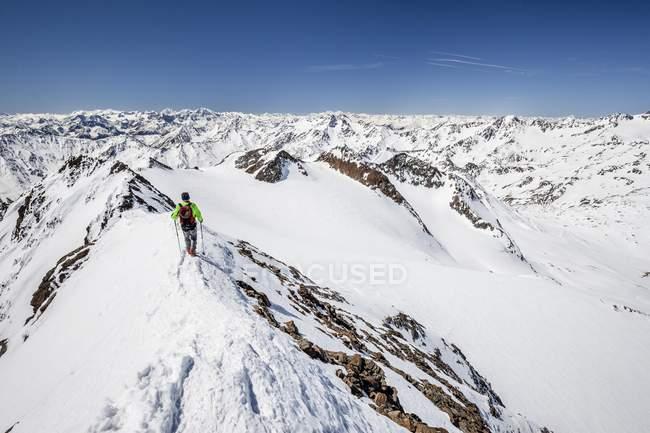 Горнолыжный tourer, спуская от встречи на высшем уровне — стоковое фото