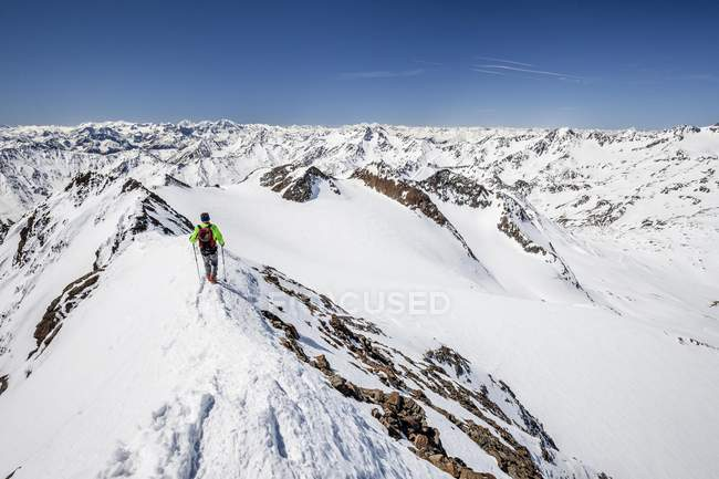 De esqui tourer, descendente da Cimeira — Fotografia de Stock