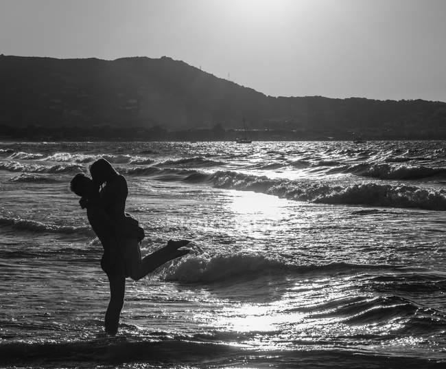 Paar am Strand küssen, Korsika, Frankreich, Europa — Stockfoto