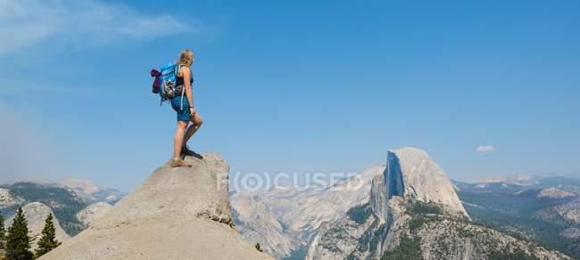 Wanderer stehen auf Felsen und mit Blick auf Half Dome — Stockfoto