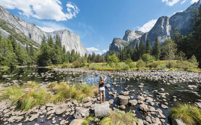 Touristen fotografieren, Blick ins Tal mit Blick auf — Stockfoto