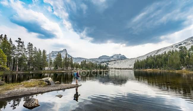 Escursionista in piedi sul lago — Foto stock