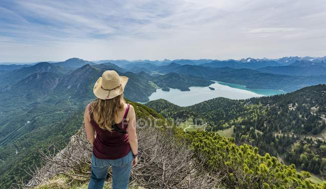 Wanderer mit Blick auf See Kochel — Stockfoto