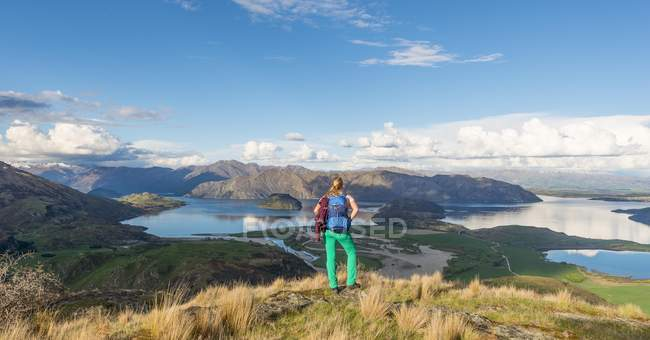 Hiker overlooking Lake Wanaka — Stock Photo