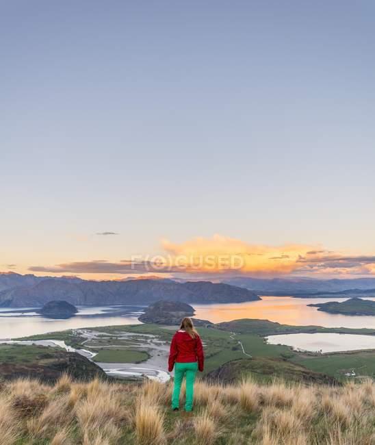 Caminante con vistas al lago Wanaka y montañas - foto de stock