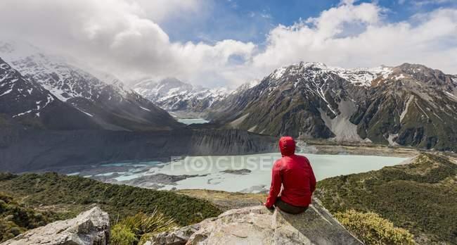 Hiker sitting on rocks — Stock Photo