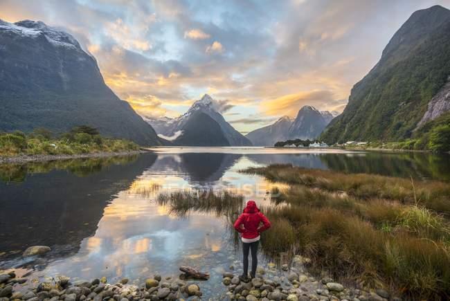 Mirando paisaje turístico - foto de stock