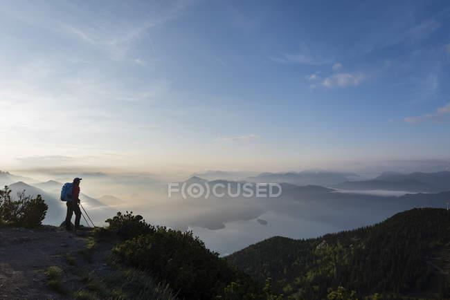 Wanderer auf Felsen in den Bayerischen Alpen, Herzogstand, See Walchensee, Bayern, Deutschland, Europa — Stockfoto