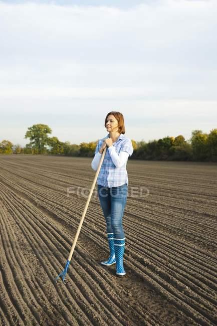 Agriculteur travaillant dans le champ — Photo de stock