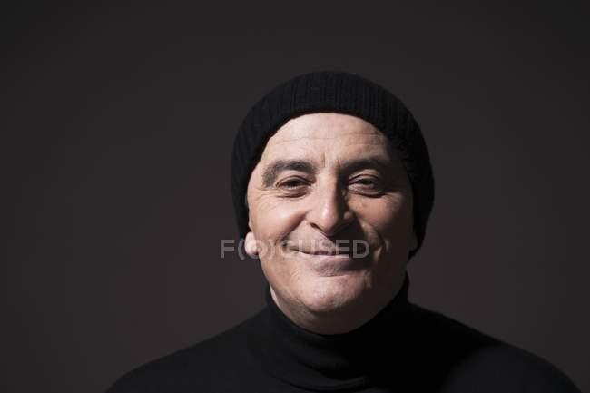 Homem usando chapéu de lã preto — Fotografia de Stock